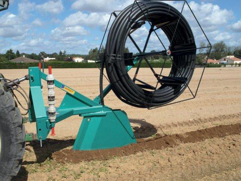 Pose d'un tuyau d'irrigation